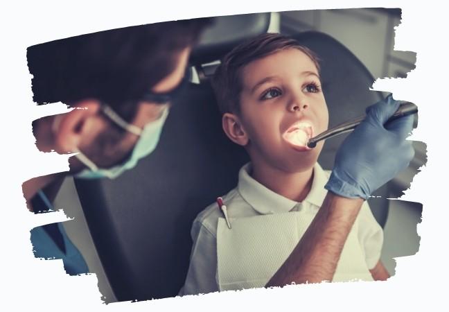 Chirurgien-dentiste en consultation enfant