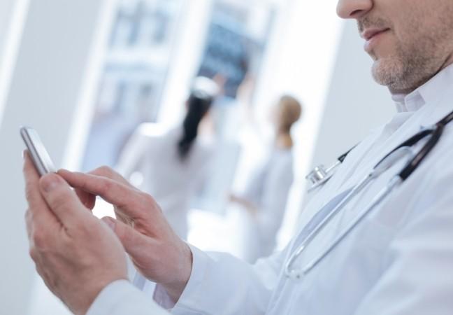Médecin consulte son agenda sur smartphone