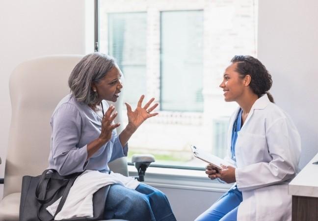 Médecin généraliste en consultation au cabinet